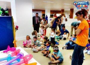 Sorprende a los niños del cumpleaños con un espectáculo de títeres.